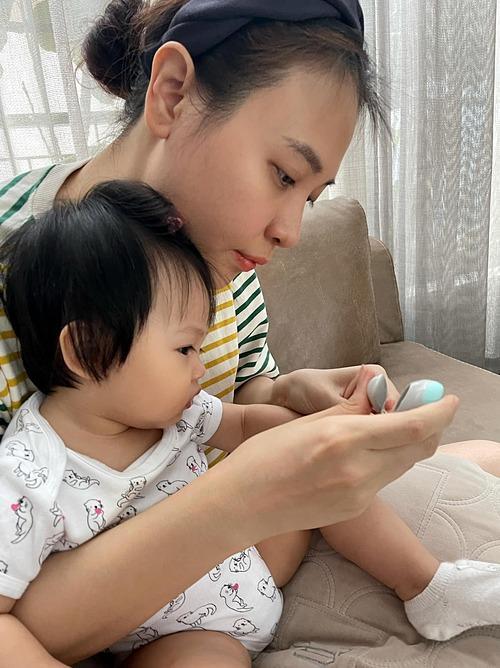 Cường Đôla đăng ảnh bà xã Đàm Thu Trang tỉ mẫn cắt móng tay cho con gái Suchin và hài hước tiết lộ đây là hai chị đại trong nhà. Trong khi đó, người đẹp xứ Lạng kể: Chỉ có giây phút cắt móng tay mới khiến nhõi (Suchin) có thể ngồi yên.