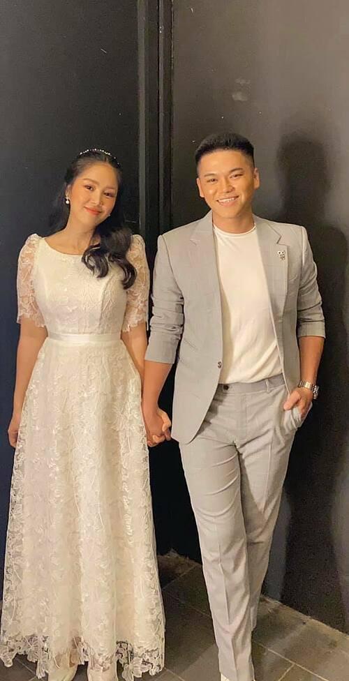 Diễn viên Lê Phương sánh đôi bên ông xã Trung Kiên khi cả hai cùng song ca trong một chương trình truyền hình.