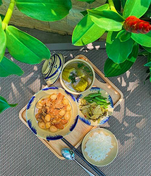 Một bữa ăn luôn có rau xanh, một món chế biến cùng tỏi - kháng sinh tự nhiên để tăng cường đề kháng cho mùa dịch là tiêu chí mà tôi đặt ra, cô chia sẻ.