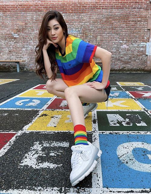 Lối mix đồ đồng điệu tiếp tục được Khánh Vân áp dụng trên set đồ trẻ trung với áo thun, quần short jeans và giày thể thao.