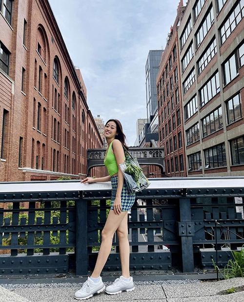 Mặc dù ăn mặc đơn giản, mix đồ không quá cầu kỳ nhưng Khánh Vân luôn khéo tạo điểm nhấn cho street style bằng tông màu nổi bật.