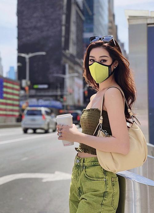 Trong thời gian ở lại Mỹ, Khánh Vân dành thời gian để tham quan các bảo tàng, công trình kiến trúc và danh thắng nổi tiếng. Khi xuống phố, hoa hậu luôn chọn những set đồ tiện lợi, phù hơp với việc thường xuyên di chuyển.
