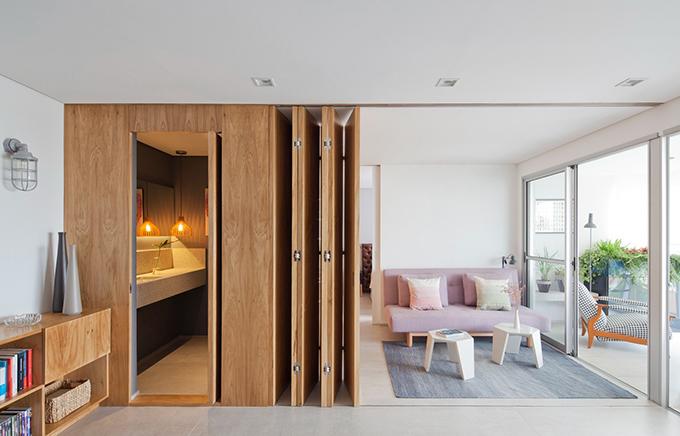 Vì thế, kiến trúc sư đã sử dụng cửa gỗ xếp để cho phép mở rộng không gian và lúc xếp cửa sẽ tốn diện tích tối thiểu. Thiết kế cửa được làm từ máy cắt CNC.