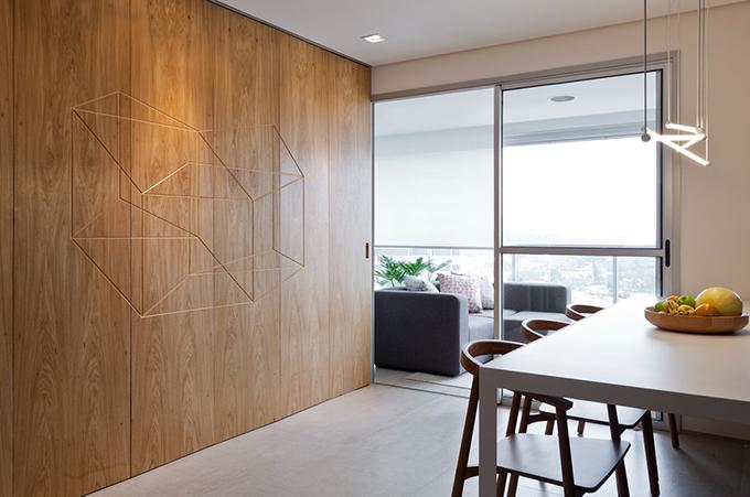 Khi cửa đóng, chủ nhà vẫn có thể thoải mái tiếp khách ở phòng khách nhỏ.