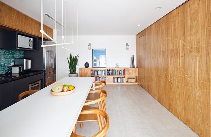 Bàn ăn, gạch lát, đồ nội thất gỗ được thiết kế riêng để tạo sự nhất quán hình ảnh cho toàn bộ căn hộ.