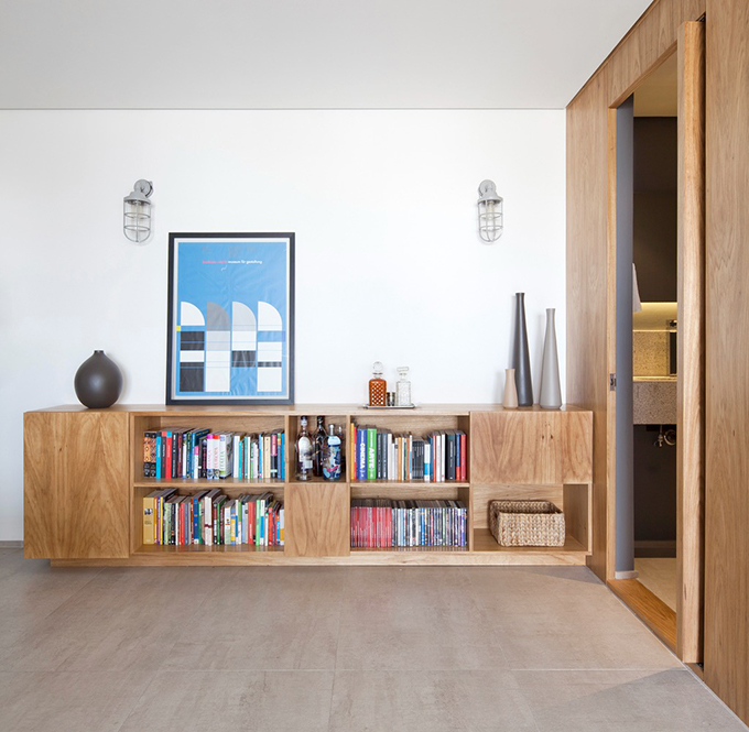 Tính liên tục, trực quan của căn hộ được đảm bảo nhờ đồng nhất vật liệu sàn, ván ghép gỗ xuyên suốt.