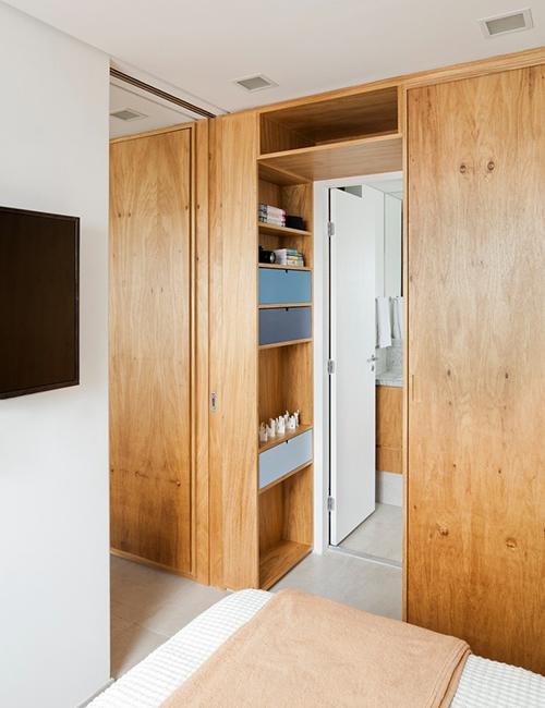 Bên trong phòng ngủ có một phòng vệ sinh khép kín.