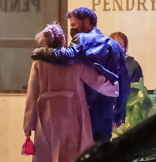 Jennifer Lopez và Ben Affleck đi ăn tối tại nhà hàng ở Los Angeles.