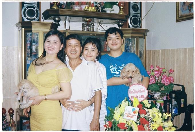 Trịnh Thảo bên ba mẹ và em trai.