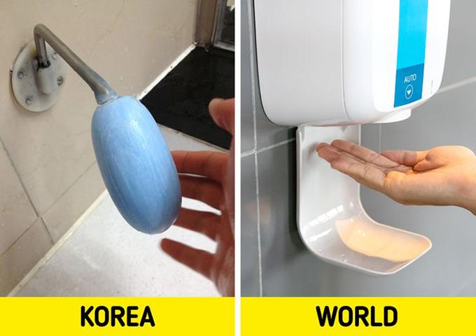 Hàn QuốcBạn có thể tìm thấy loại xà phòng đặc biệt này trong các nhà vệ sinh công cộng ở Hàn Quốc. Chúng ta thường quen với những bình đựng xà phòng trong toilet nhưng những du khách đến Hàn Quốc có thể ngạc nhiên khi thấy thiết bị này ở một số wc truyền thống. Xà phòng được gắn vào một thanh sắt, người dùng sẽ chà tay vào cục xà phòng này rồi rửa lại với nước. Tuy nhiên, cách làm này có thể không an toàn trong thời kỳ Covid khi có nhiều người cùng tiếp xúc.