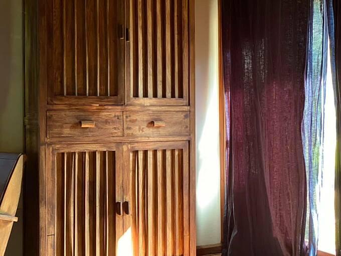 Nội thất phòng ngủ giản dị, được làm bằng chất liệu thân thiện với môi trường.