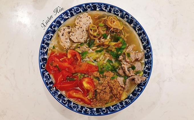 Để tăng cường sức đề kháng của cả gia đình mùa dịch, Xuân, 28 tuổi, đến từ Văn Giang, Hưng Yên đều mua thực phẩm tươi sống và theo mùa để chế biến các bữa ăn gia đình gồm bố mẹ đẻ, vợ chồng cô và con trai 2 tuổi.