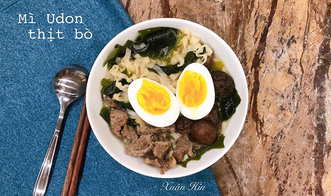 Một bữa ăn sáng siêu nhanh với mì udon ăn liền, nấu thêm cùng rong biển, thịt bò và trứng gà đảm bảo dinh dưỡng. Ngoài bữa sáng, Xuân cũng nấu cả bữa trưa, bữa tối và tốn ít thời gian hơn nhờ sơ chế sẵn nguyên liệu sau khi mua về.
