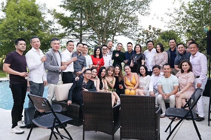 Đông đảo người thân, bạn bè đến chúc mừng vợ chồng Hồng Ngọc.