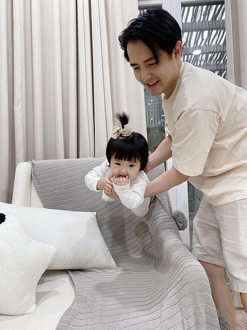 Bé Winnie thích chơi trò tàu bay cùng bố Ông Cao Thắng.