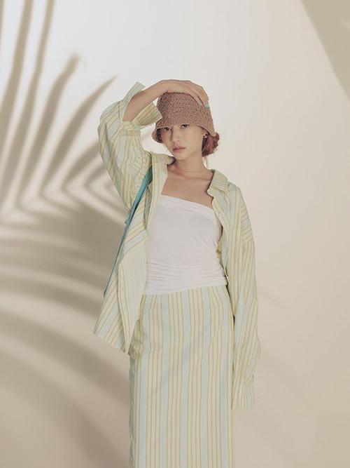 Set đồ tiện dụng và dễ dàng mix-match với sự phối hợp của sơ mi dáng rộng, chân váy suông và áo quây vải thun cotton trắng.