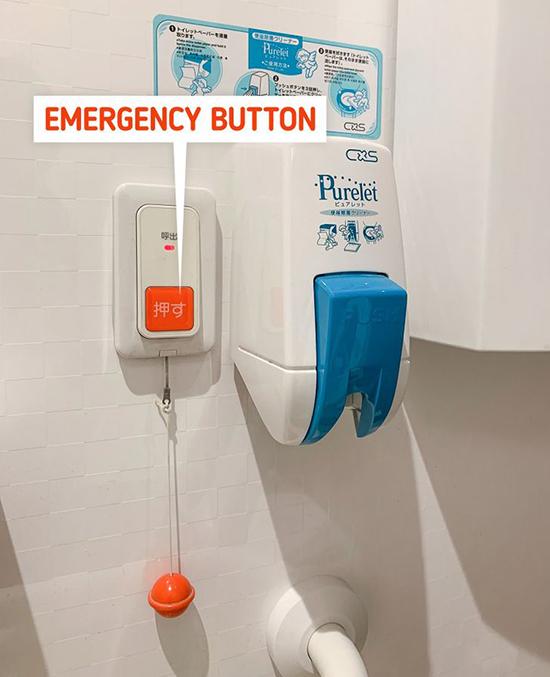 Nhật BảnMột số nhà vệ sinh công cộng ở Nhật Bản có một tính năng rất hữu ích - một nút khẩn cấp. Đôi khi, người nước ngoài tới đây có thể nhầm lẫn đó là một nút xả. Khi bấm vào đây, hệ thống sẽ gửi báo động đến bộ phận an ninh. Đây là một thiết bị đặc biệt tốt cho những người cao tuổi hoặc những người yếu, bệnh cần trợ giúp.