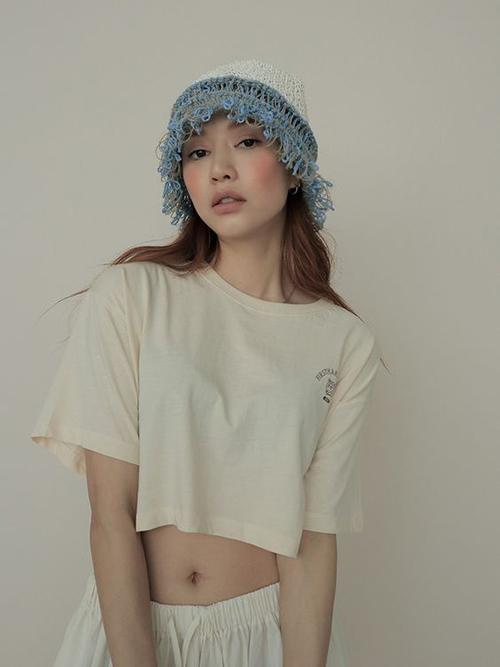 Những cô nàng cá tính, không ưa lắm cách diện đầm maxi điệu đà thì có thể tham khảo các dáng áo thun lửng trẻ trung.