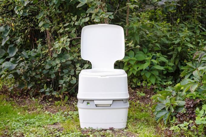 Nam CựcNhà vệ sinh ở Nam cực theo hình thức portable (xách tay). Biện pháp này giúp bảo vệ môi trường, dành cho những vị khách du lịch ở khu vuẹc này. WC có khả năng đóng gói chất thải vào túi để người sử dụng vứt vào thùng rác sau khi dùng. Quá trình đóng gói này có thể mất 2 phút nhưng thuận tiện cho việc dọn wc bởi các toilet này thường ít có người dọn dẹp.