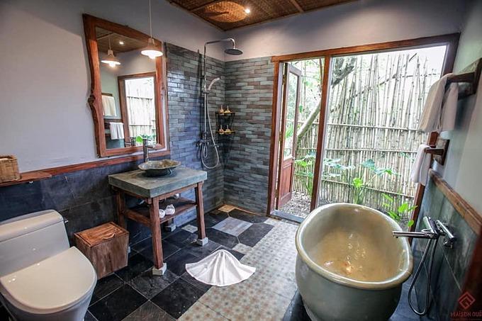 Phòng tắm rộng, hứng được nhiều ánh sáng tự nhiên.