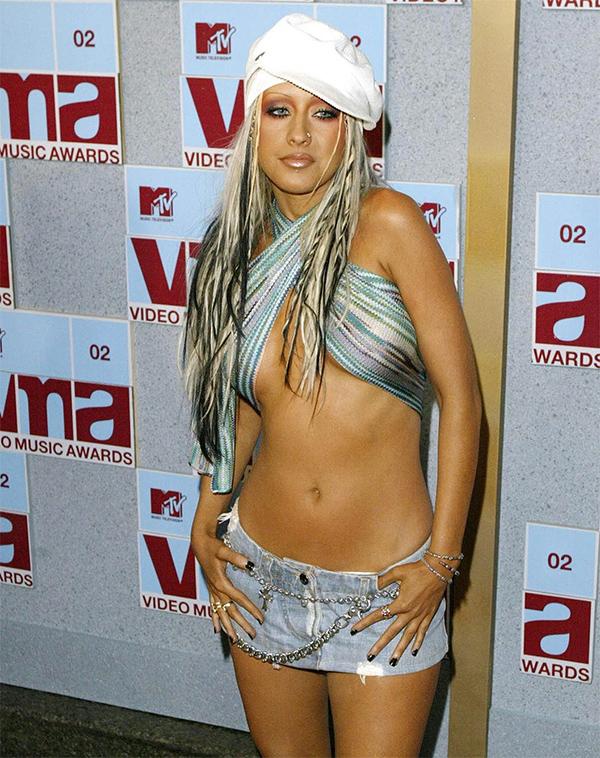 Christina Aguilera trên thảm đỏ VMAs 2002.