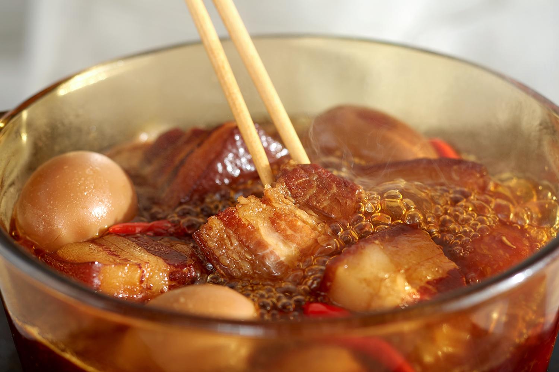 Khâu ướp nguyên liệu vô cùng quan trọng, bí mật món ngon nằm ở thìa nước chấm cá cơm 3 Miền được ướp cùng thịt.