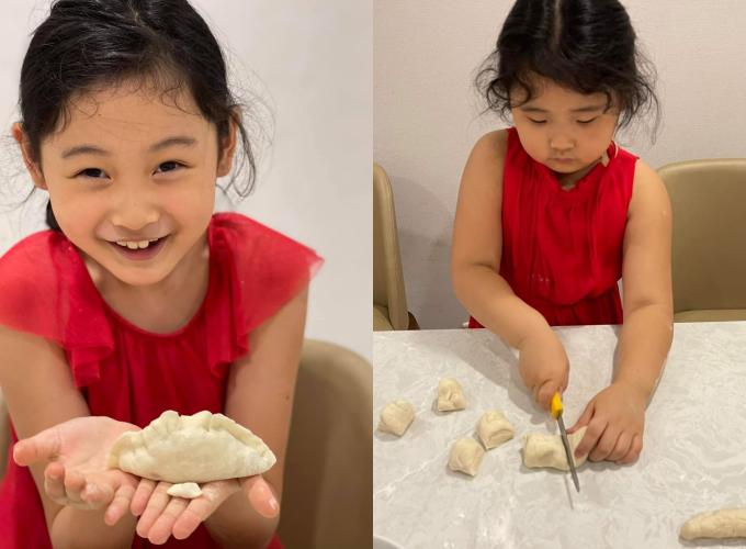 Hai chị em thích vào bếp làm bánh cùng cha, mẹ, hào hứng khoe thành quả của mình.