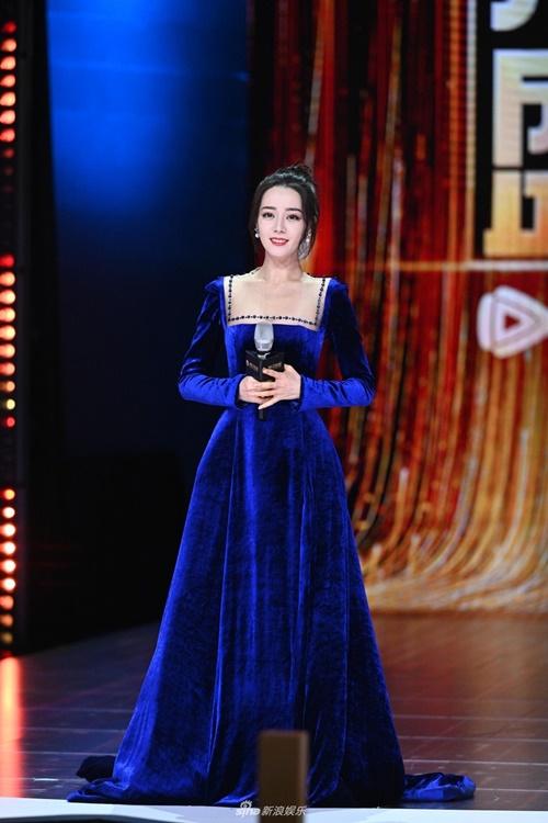 Mỹ nữ Tân Cương khoe nhan sắc cuốn hút, làn da trắng sứ nổi trội với bộ đầm nhung dài màu xanh.