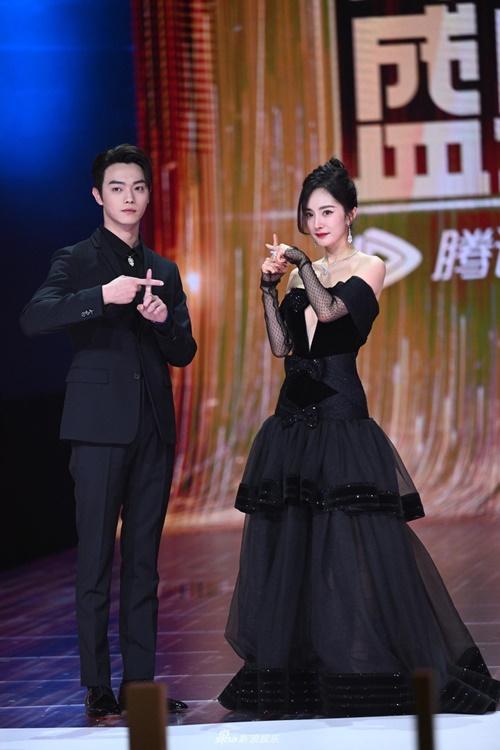 Dương Mịch diện đồ ton sur ton trên sân khấu cùng nam diễn viên Hứa Khải. Họ đóng cặp trong phim Định luật 80-20 của tình yêu.