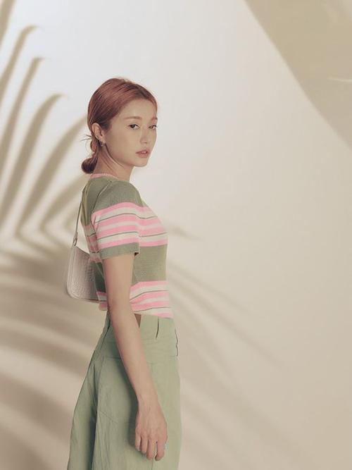 Áo dệt kim mỏng đồng điệu cùng quần kaki ống suông là set đồ dành cho bạn gái thích phong cách ở nhà vẫn phải đẹp.