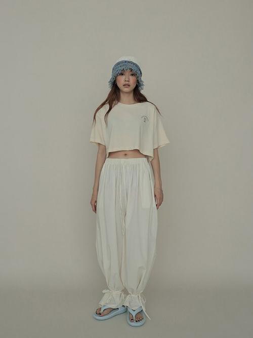 Áo crop-top thiết kế dáng rộng có thể mặc kèm cùng quần short, chân váy chữ A, quần ống rộng khi ở nhà.