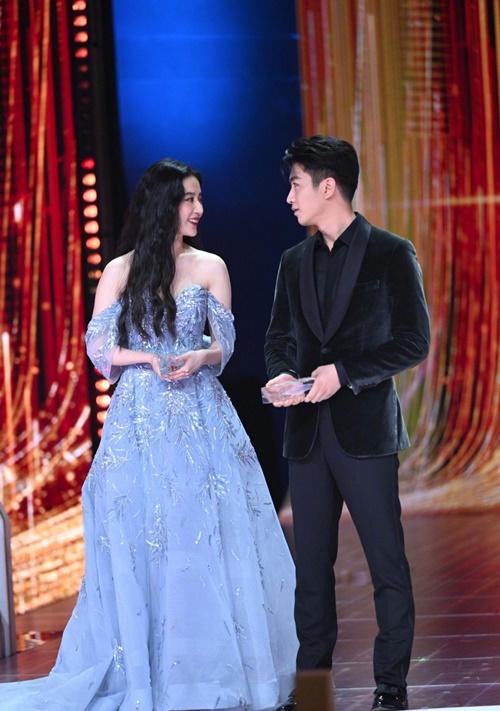 Lưu Diệc Phi diện đầm trễ vai, dự sự kiện cùng bạn diễn Trần Hiểu. Cặp đôi mang đến LHP series cổ trang Mộng hoa lục.