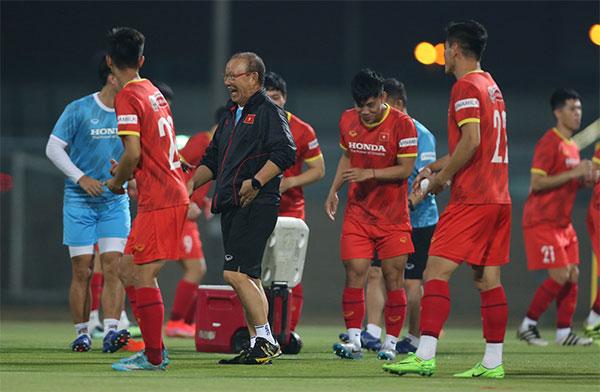 HLV Park và các học trò có tâm lý thoải mái trước trận gặp Indonesia. Ảnh: Lâm Thỏa.