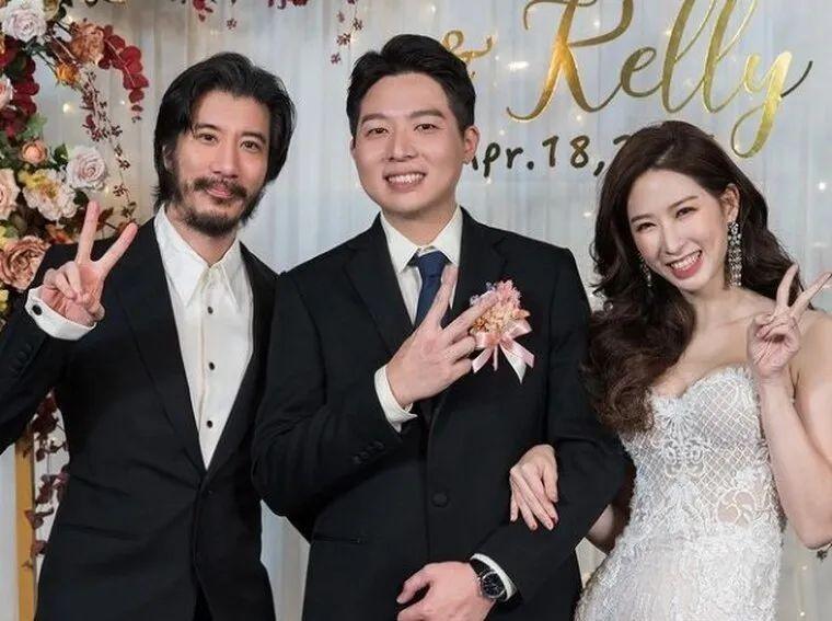 Vương Lực Hoành (ngoài cùng bên trái) trong đám cưới bạn.