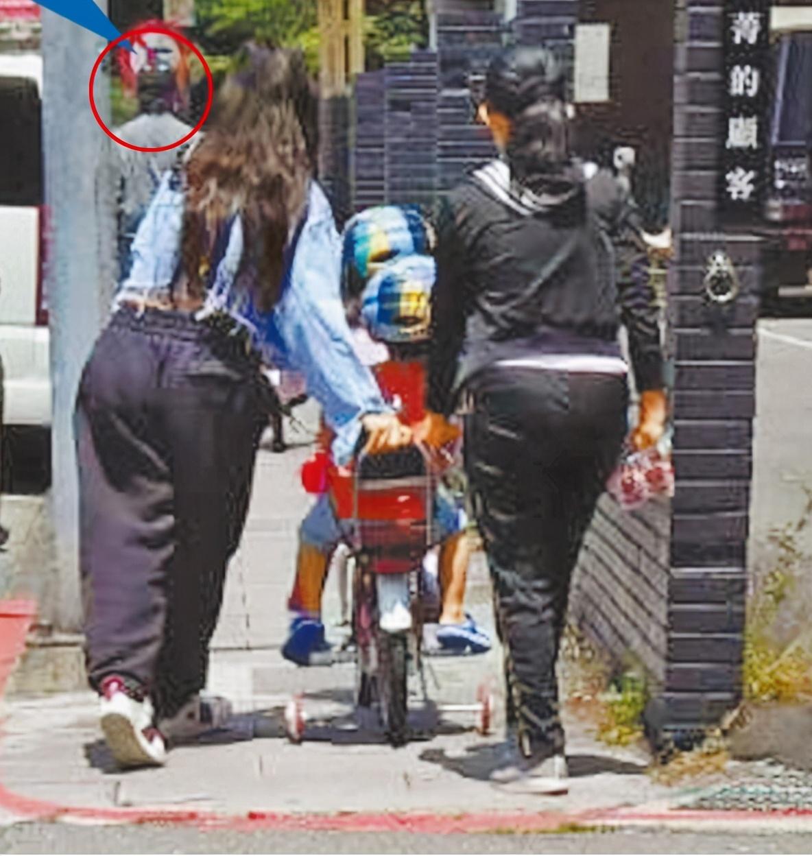 Cặp sao và bảo mẫu đưa ba đứa trẻ đi chơi, hồi tháng 4.
