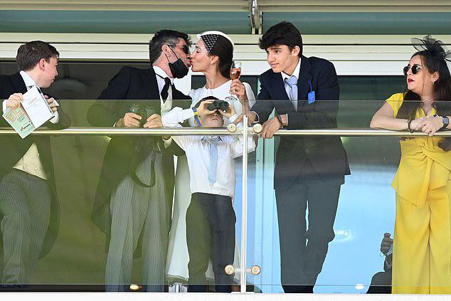 Cặp đôi trao nhau nụ hôn ngọt ngào trong khi con trai 6 tuổi của họ đứng giữa và con trai riêng 15 tuổi của Lauren đứng cạnh.