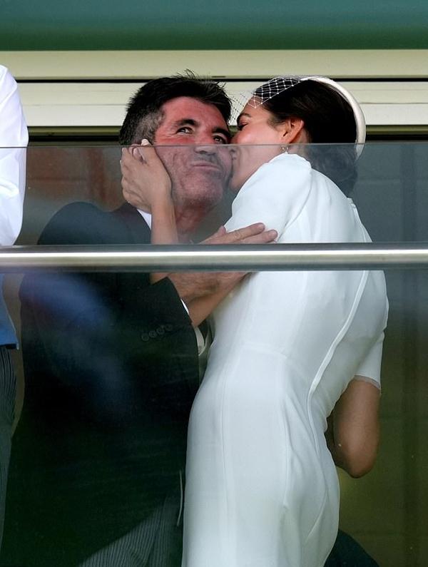 Người đẹp Lauren Silverman hôn lên má Simon Cowell trên khán đài.
