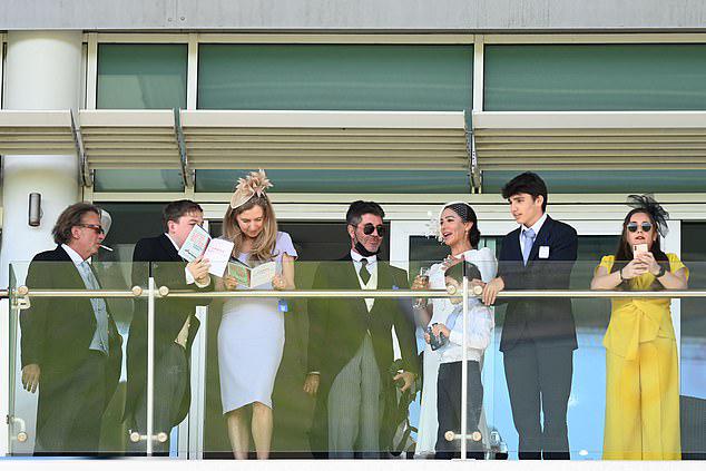 Cả gia đình Simon hào hứng theo dõi trận đua ngựa tại trường đua Epsom Derby.