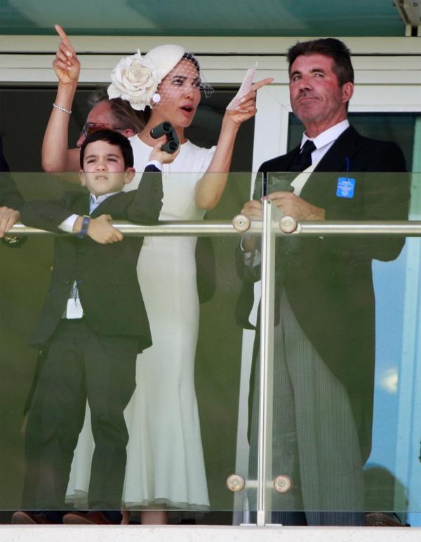 Triệu phú truyền thông và bạn gái mặc trang phục phong cách quý tộc khi tham dự sự kiện này.