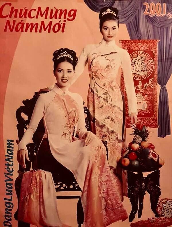 Uyển Nhi chụp ảnh cùng cựu người mẫu Hoàng Mến vào năm 2001, lúc này cô mới 18 tuổi.