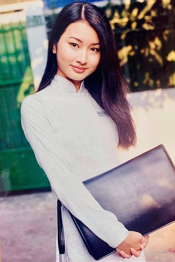 Nhan sắc trong trẻo, xinh đẹp của Uyển Nhi năm 17 tuổi trong tà áo dài.