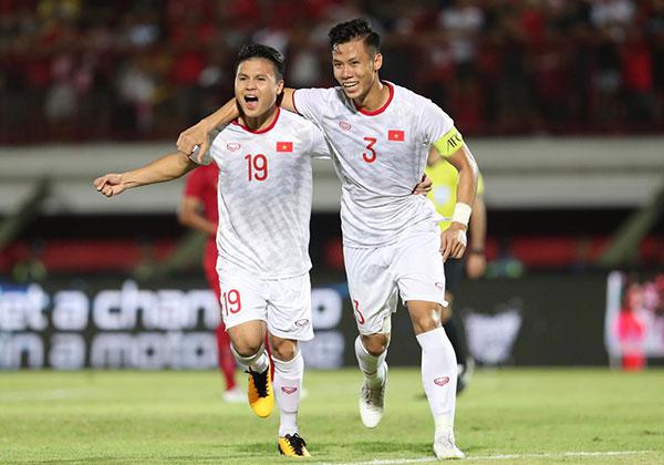 Quế Ngọc Hải mừng bàn thắng với Quang Hải trong trận thắng 3-1 trên sân Indonesia tại vòng loại World Cup 2022 tháng 10/2019. Ảnh: Đức Đồng.