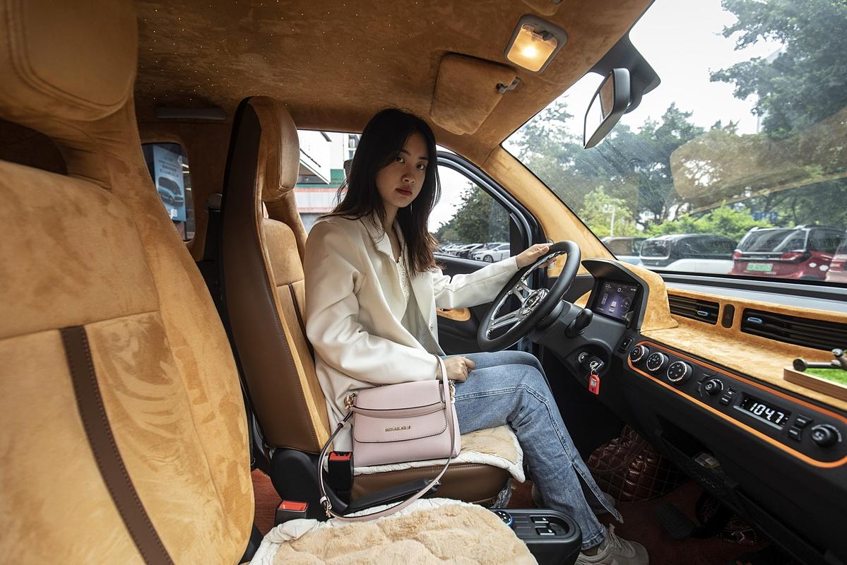 Zorah Zhang cùng chiếc xe với nội thất cá nhân hoá.