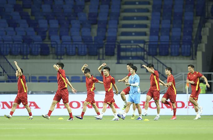 Tuyển Việt Nam khởi động trước trận đấu với Indonesia. Ảnh: Lâm Thoả.