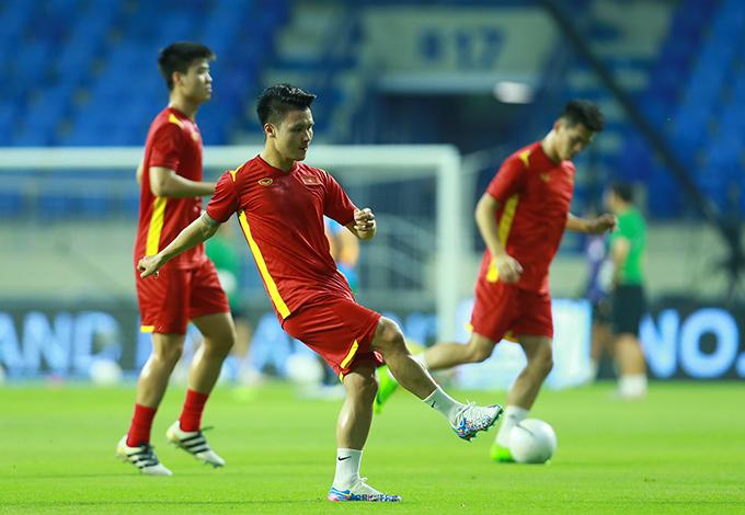 Quang Hải phải lùi về đá cặp với Tuấn Anh ở vị trí tiền vệ trung tâm. Ảnh: Lâm Thoả.