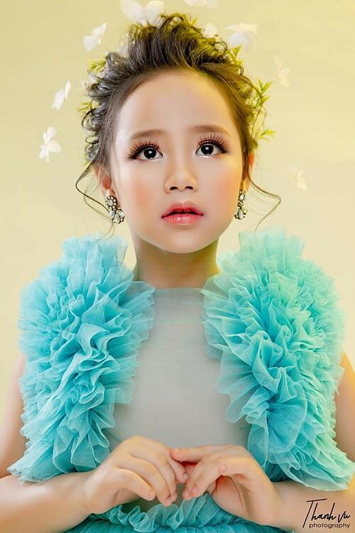 Mẹ của Hoàng Vân cho biết, con gái đam mê người mẫu, ca hát nhưng hiện tại vẫn xem việc học tập tại trường là ưu tiên hàng đầu.