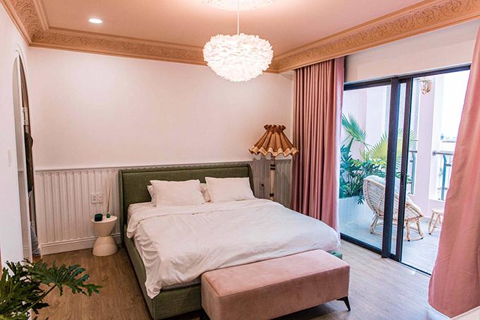 Phòng ngủ của Quỳnh Anh Shyn với toàn màu hồng. Điều mà Quỳnh Anh yêu thích ở căn penthouse là phòng nào cũng có thể nhìn ra được ban công.