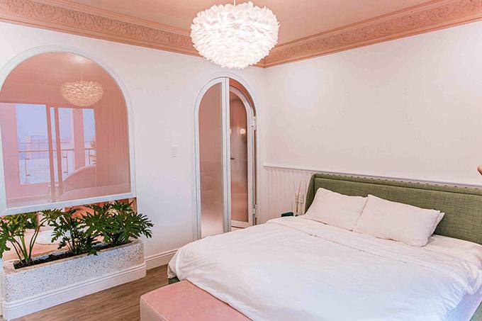 Phòng ngủ mang phong cách thống nhất với các phòng trước đó vì Quỳnh Anh muốn tạo sự nhất quán cho không gian sống. Cô đặc biệt thích trần nhà được điêu khắc tỉ mỉ và trang trí bởi đèn chùm lông vũ. Chi tiết vòm xuất hiện liên tục, tới 20 cửa vòm để đáp ứng sở thích của Quỳnh Anh.