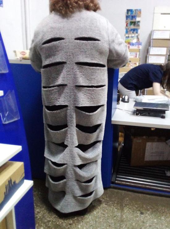Người xếp hàng phía sau không khỏi băn khoăn khi nhìn những đường cắt dày đặc trên chiếc cardigan dáng dài.