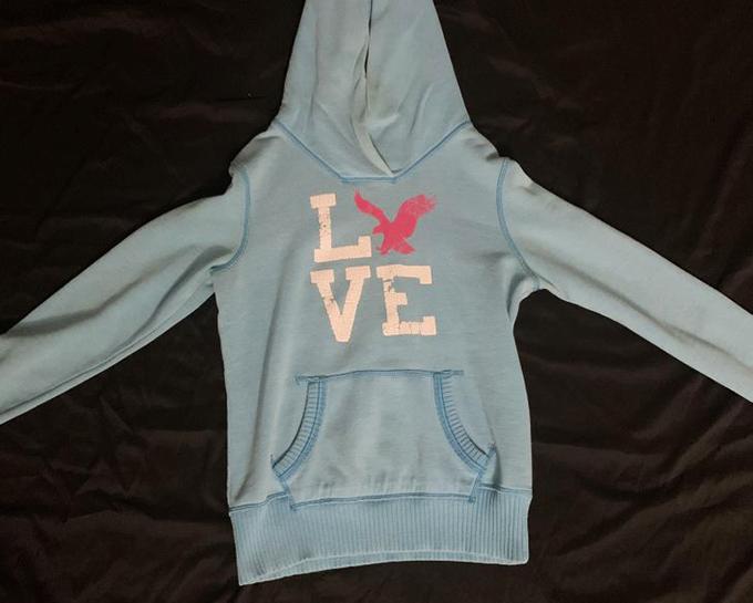 Vợ tôi có chiếc áo hoodie này đã hơn 10 năm và đến nay cô ấy vẫn tự hỏi tại sao người ta không dùng hình đại bàng thay cho chữ V.